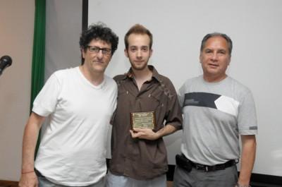 Raúl Perrone junto a un ganador del concurso y el intendente Descalzo.