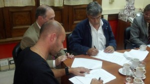 firmando el acuerdo depósito